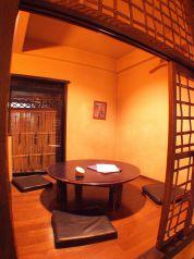 円卓のお座敷個室。ご家族でのお食事にも最適です。