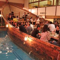 船の上で食事をしているよう!
