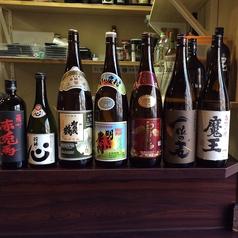 【焼酎・日本酒の並ぶカウンター】お一人様でも大歓迎◎ボトルキープもOKです。