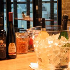 """店内には、バルならではの立ち飲みテーブルもご用意!お仕事終わりにワインと逸品を楽しめる""""ちょい飲み""""や、ご友人と一緒に楽しむひとときなど、様々なシーンに打ってつけ。落ち着きのある""""大人の酒場""""で素敵な時間をお過ごしください。"""