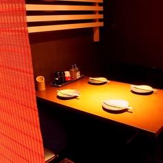 スダレで区切られた、半個室4名テーブル席