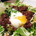 料理メニュー写真荒挽肉みそと温泉卵のサラダ
