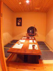 ゆっくりとおくつろぎ頂ける掘りごたつ式個室。2名様~最大6名様までご利用頂けます。接待や食事会にも最適です。