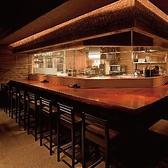 デートや少人数での宴会に最適なカウンター席。美味しいお肉と会話をお楽しみください。