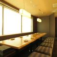 ◆8~14名様向き掘りごたつ個室◆窓際の個室です!最大14名様までご利用可能◎お互いの表情を見渡して乾杯ができる、ご宴会向きのお席です。長方形のテーブル式の個室は顔合わせや懇親会にもおすすめです。お部屋には窓がございますので窮屈さを感じさせません。