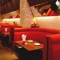 赤のソファが特徴のお洒落なソファ空間☆