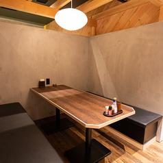 仕切り付の半個室風ソファー席もご用意しております。(4名席×3卓と6名席×2卓)