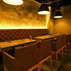 テーブルを接続して12名様までご利用可能です。また、4名席を2名席に分割する事も可能です。