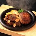 料理メニュー写真鉄板熟成牛ヒレ切り落としカットステーキ80g&極厚ハンバーグ140g シャリアピンソース