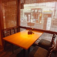 4名様テーブルのほかにも2名様席もございます。ぜひ会社帰りなどにお立ち寄りください。