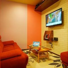 201号室【エレガントルーム】最新機種【LIVE DAM Ai】をメインに赤を基調としたお部屋です♪女性のみorカップル専用。※男性だけでのご利用はできませんのでご注意ください。