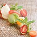 料理メニュー写真水牛モッツァレラとトマト、フルーツのサラダ仕立て  ヴィンコット風味