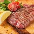 料理メニュー写真厚切り牛タンのレアステーキ 上/特上