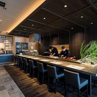 カウンター越しで職人の提供する寿司がたのしめる
