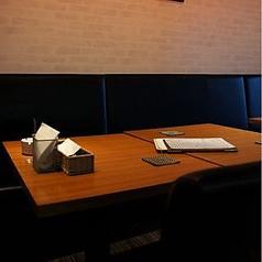 落ち着ける照明のテーブル席。