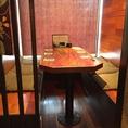 6名様のテーブル席です。半個室のような造りになっております。※フロアより少し高い位置にあります。