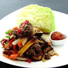 料理メニュー写真ヤンニョンチキン/牛プルコギの皿盛り