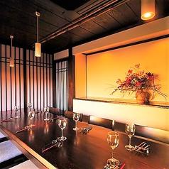 【新潟駅徒歩3分■大人の隠れ家的居酒屋「ICHIE」の趣向を凝らしたこだわりのお席ご紹介】広い店内には個室もございます。個室は最大32名様までご利用可能。こちらのお席は10名様までの個室です。和の雰囲気を大切にした心温まるぬくもりを感じられるお部屋です。