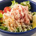 料理メニュー写真ズワイガニ山盛りサラダ