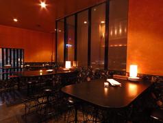 2階はテーブル席もご用意。心地良いお洒落な雰囲気♪バーテンダーの美技と美味しい創作料理に会話も弾みます☆ デートや女子会、0次会や2次会にふらっと立ち寄りやすい雰囲気です。