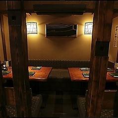 カウンター後ろには4名様が座れるテーブル席を2つご準備しています。適度なプライベート空間で落ち着いてお食事を楽しめます。