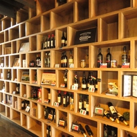 自社ワイナリーで醸造したワインを取り揃え