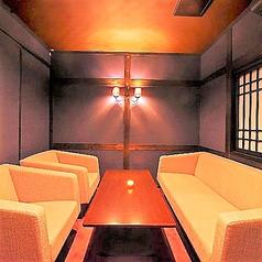 接待などにもお使い頂ける落ち着いた雰囲気のソファー席の個室。8名様までご利用頂けます。大変人気のお部屋になっておりますので、ご予約はお早めにお願い致します。