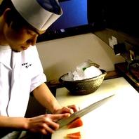 最高クラスの鮮度を誇る昼網鮮魚を捌く熟練の職人たち