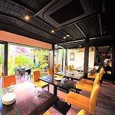 【新潟駅徒歩3分■大人の隠れ家的居酒屋「ICHIE」の趣向を凝らしたこだわりのお席ご紹介】店内はテーブル席がメイン。大きな窓から降り注ぐ光が心地よく、自慢のお庭を目の前にしながら優雅にお食事をお楽しみ頂けます。最大80名様までの大人数宴会も可能です。