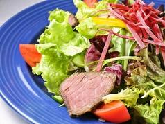 料理メニュー写真シーバサラダ(写真)/ハラールサラダ/グリーンチリサラダ/アボカドとカニのサラダ