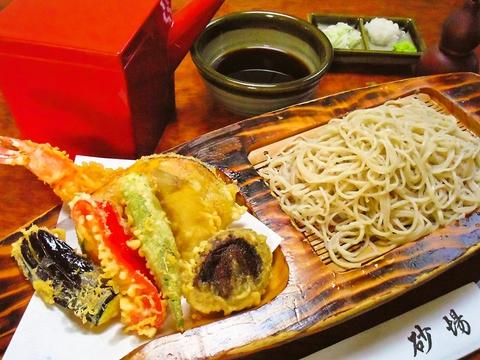 北海道産石臼挽そば粉を使用した手打そばはコシがあって喉ごし良し。うどんも選べる。
