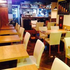 落ち着きある店内です。テーブル席は組み合わせも自由自在なので様々なシーンにご利用ください!