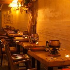 木の温もりを感じる一枚板のテーブル席。椅子のクッションにもメキシコを感じます☆