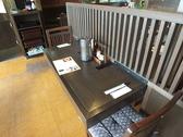 カウンターだけでなく、お連れの方とのお話も楽しめるテーブル席