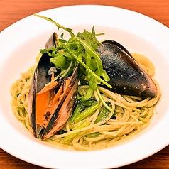 料理メニュー写真オーガニックムール貝と青菜の大葉ジェノベーゼパスタ