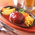 料理メニュー写真自家製手ごねPOWハンバーグ200g(トマトベースの懐かし洋風ソース)