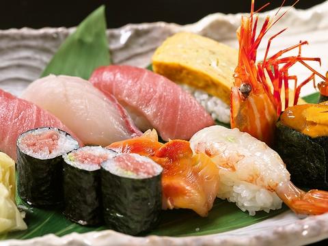 落ち着いた雰囲気の中で、厳選した海の幸と全国の銘酒を味わうことのできる寿司屋。