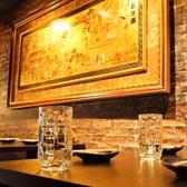 1階席はちょっと暗めの間接照明が印象的。大人な雰囲気が漂う落ち着いた空間の中でゆっくりとお食事をお楽しみください。