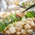 福岡発祥のもつ鍋はもはや郷土鍋の王様的存在です。当店は国産の牛小腸を使用し、オリジナルの特製出汁で提供しております。〆は雑炊やちゃんぽん麺、ラーメンで余すとこなくお愉しみください。