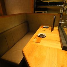 カウンターの延長線上にカップルシートがございます。調理風景や本日のネタも見える飽きのこないお席で一献。