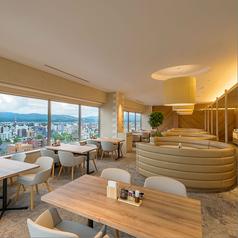 明るさと暖かさの風合いが調和するファミリー向けゾーン2名~のテーブル席が多数