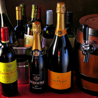 フランス産を主体に豊富に取りそろえたワイン