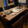 2名テーブル席のつい立てをはずして最大8名席 6~8名席