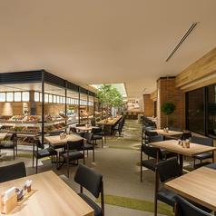 エントランスから広がる木の風合いが心地よく柔らかなゾーン。2名~のテーブル席が多数