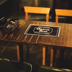 【4名様向け テーブル】落ち着いた空間でゆったりと寛げるお席です。デートや合コン、接待にもオススメ。ご宴会や飲み会・接待に最適な飲み放題付コース2980円(税抜)~ご用意致しております。
