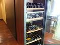 カウンター横には多数のワインボトルを管理。お好きなワインをお愉しみいただけます。