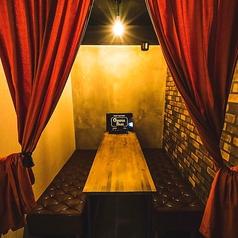 【4~6名様向けテーブル】落ち着いた空間でゆったりと寛げるお席です。デートや合コン、接待、女子会にもオススメ!飲み放題付きコースもご用意しております。2980円~