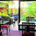 お庭の見えるテーブル席で四季の恵みを感じながら開放感のある宴をお楽しみください。昼と夜で違った表情を見せてくれる飽きない景色が自慢のひとつです。