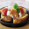 料理メニュー写真フレンチトーストバニラアイスにキャラメルソースがけ