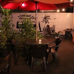 開放的なテラス席は爽快です!夜は優しいキャンドルの灯りが燈ります。Hawaiian Cafe & Bar Laule'a (ラウレア)の人気席の一つです。